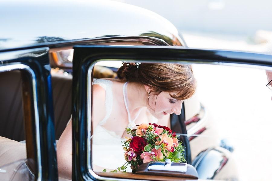 Braut kommt mit Auto