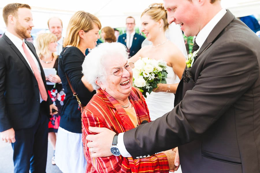 Bräutigam mit Oma