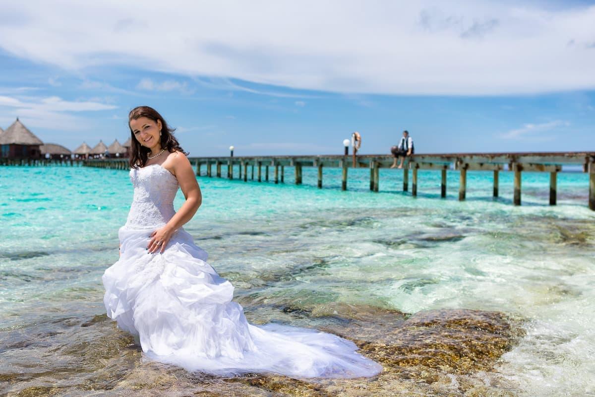 Braut steht im Meer