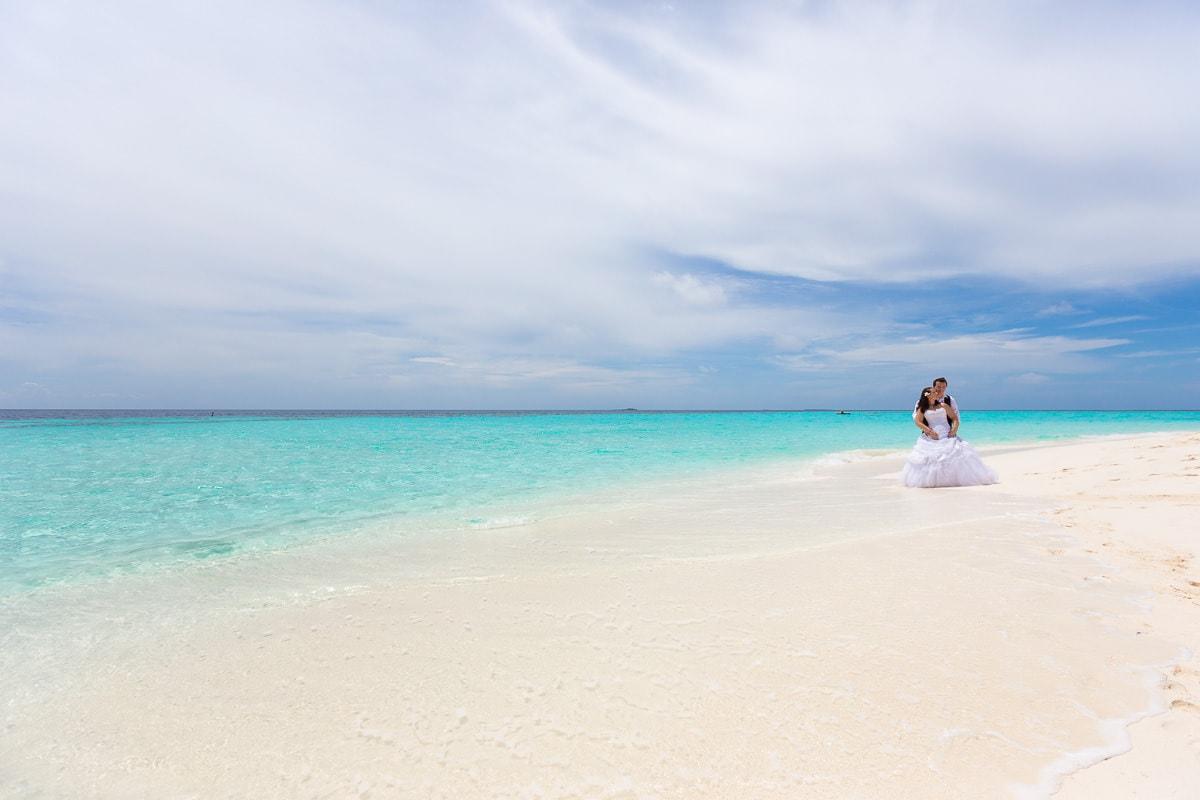 Paar am Strand der Malediven