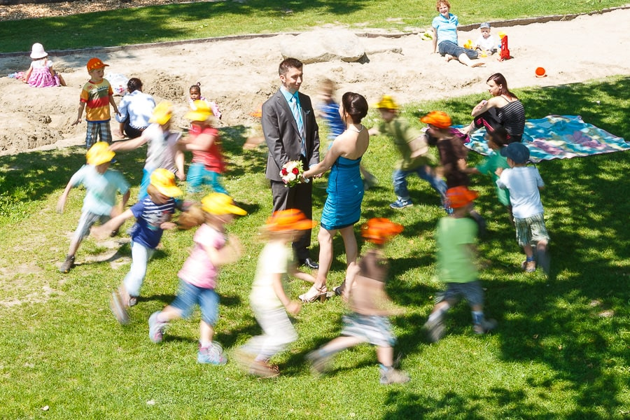 Kinder rennen um das Brautpaar