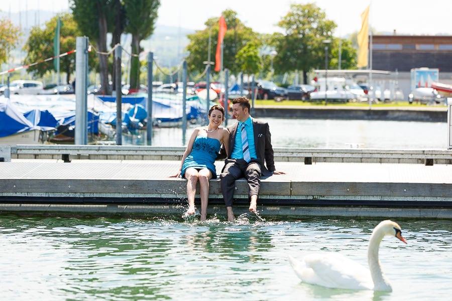 Brautpaar streckt Füße ins Wasser