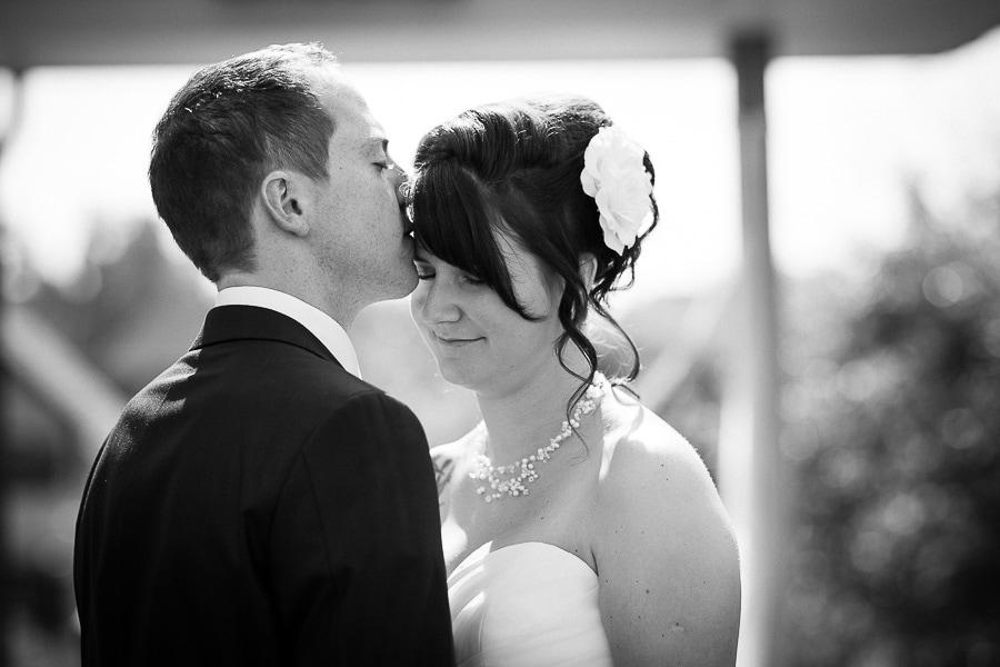 Mann gibt der Frau einen Kuss auf die Stirn