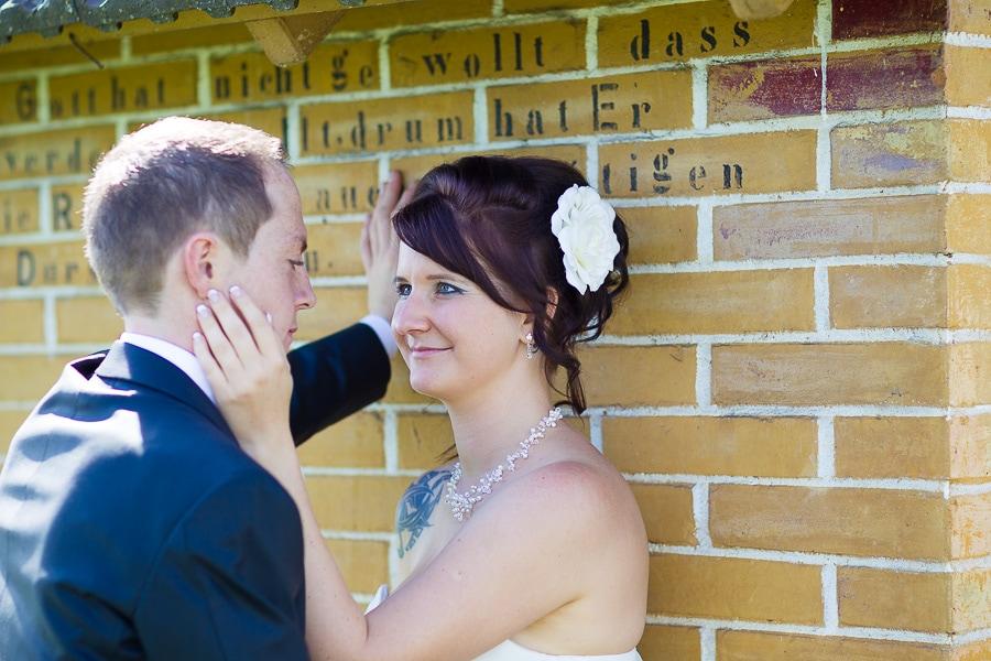 Brautpaar vor Backsteinwand