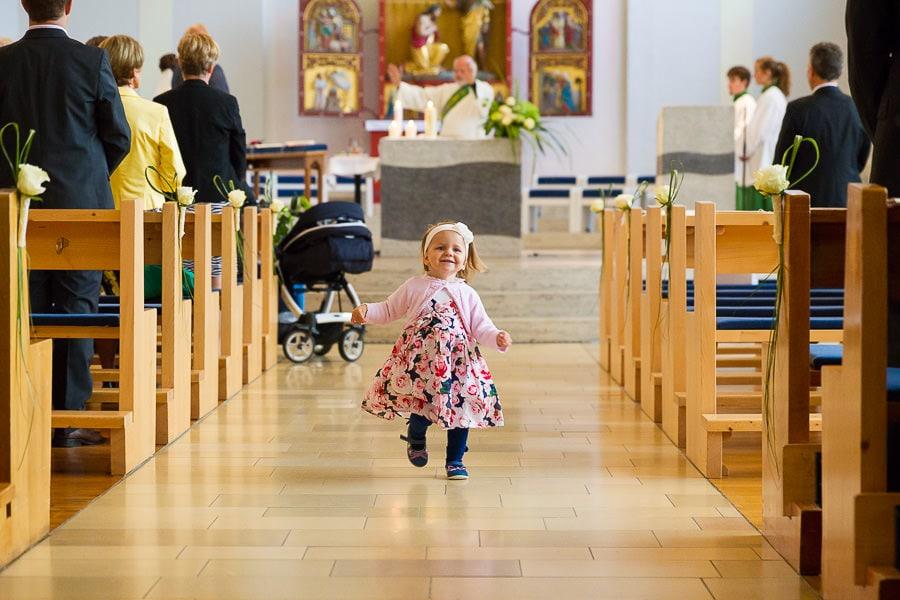 kleines Kind in der Kirche