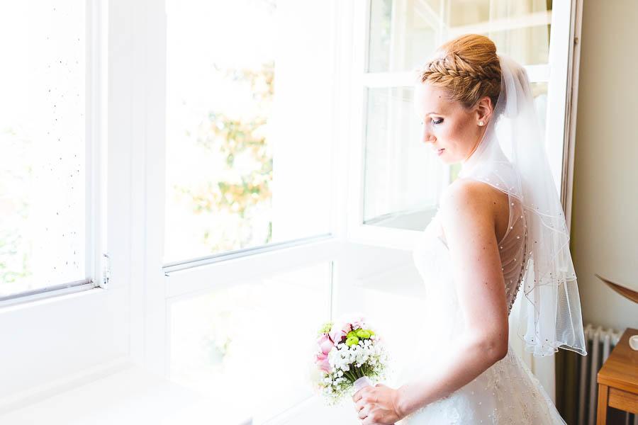 Braut schaut durchs Fenster