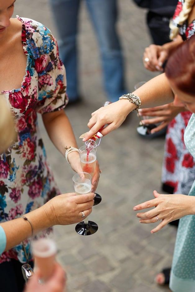 Sektglas wird eingeschenkt