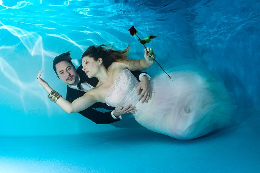 Braut und Bräutigam bei einem Unterwassershooting