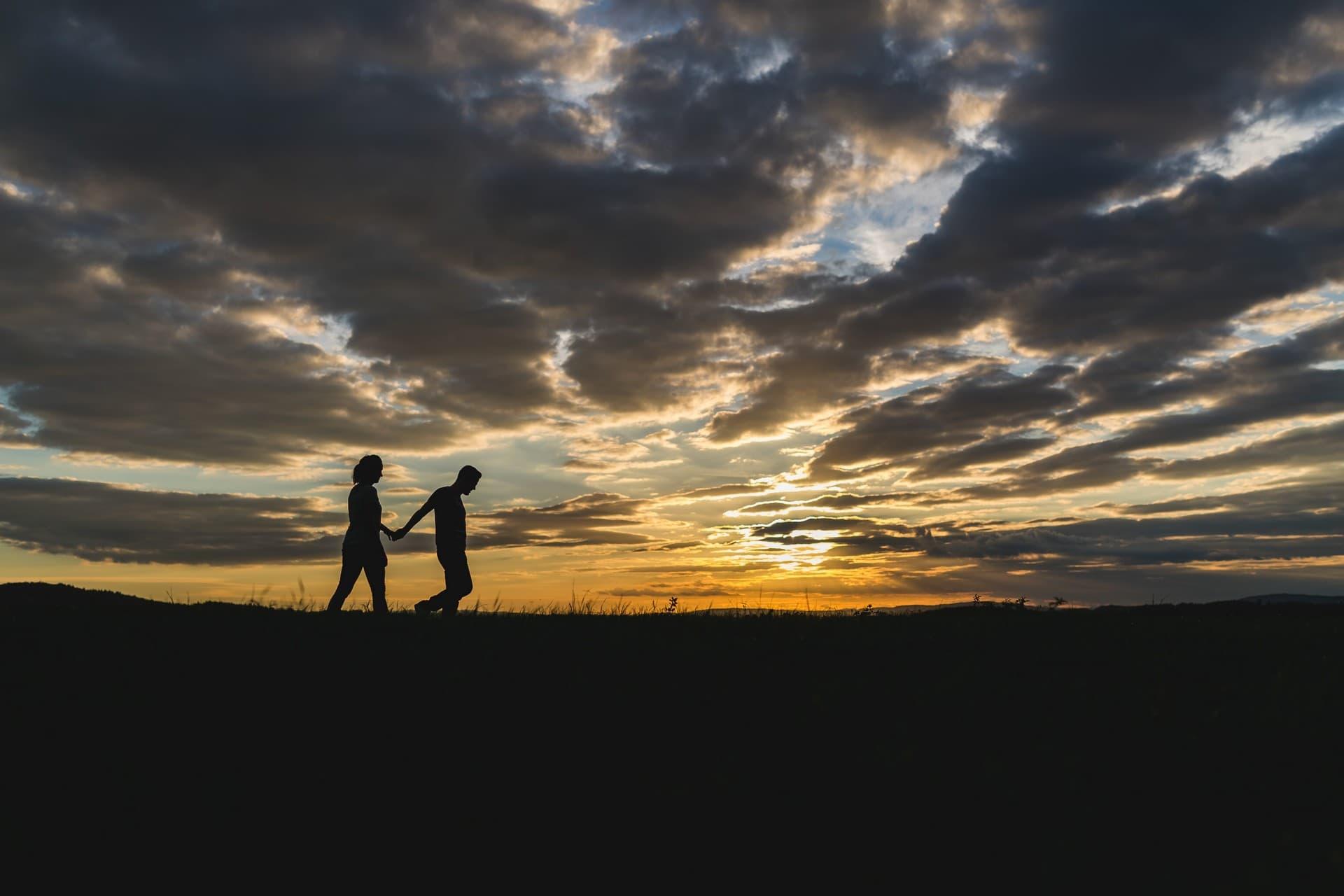 kennenlernshooting paar im sonnenuntergang