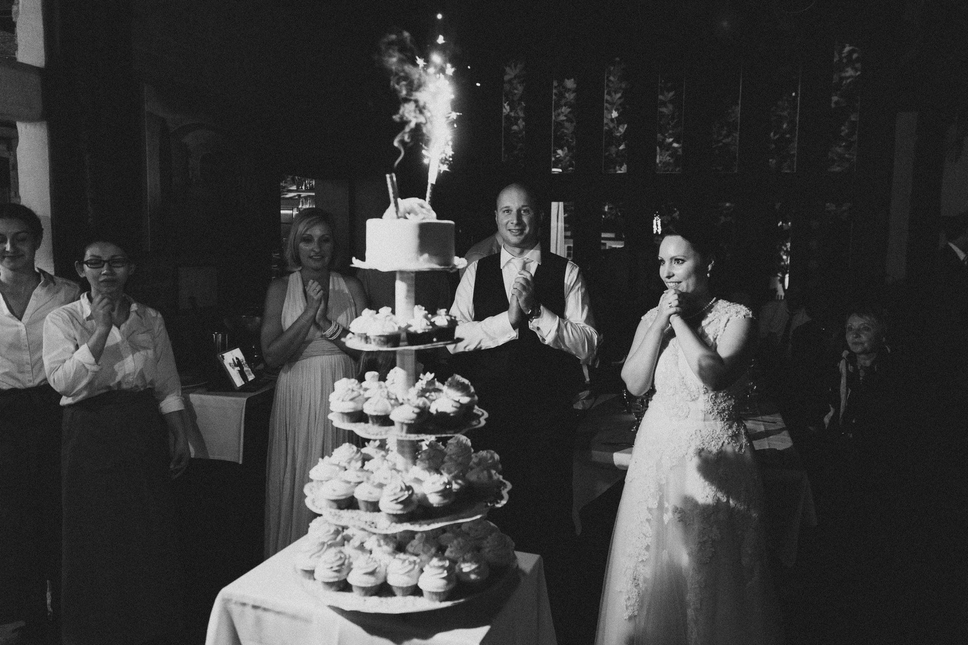 Hochzeitsreportage birnauer oberhof tortenanschnitt brautpaar