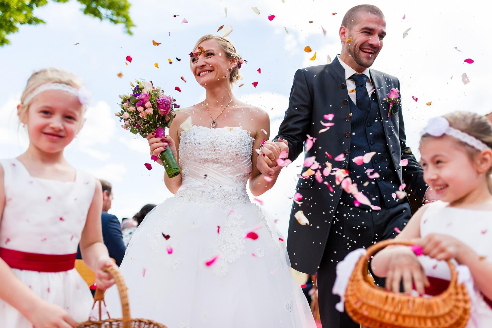 Hochzeitspaar beim Auszug mit Blumenmädchen Hochzeitsfotograf Ravensburg