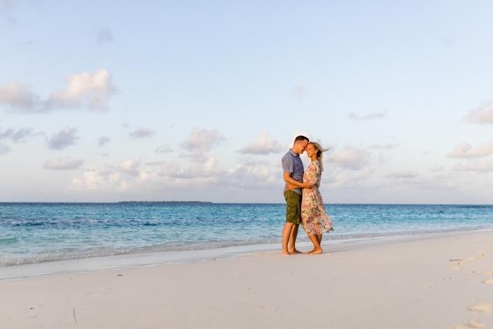 verliebtes-paar-am-strand-malediven